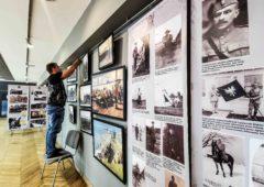 Zdjęcie: Instalacja wystawy W drodze do niepodległości. Przystanek kanadyjski